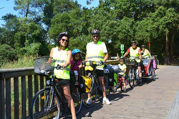 portrait de famille à vélo sur la vélodyssée à Ondres