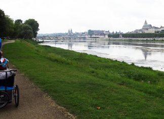 vélo avec la remorque enfant sur les bords de la Loire