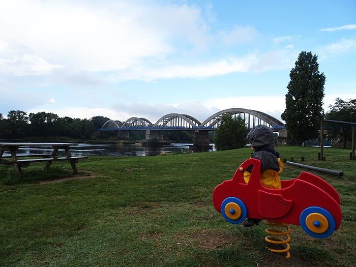 Arthus en voiture sur l'aire de jeux à Muides-sur-Loire