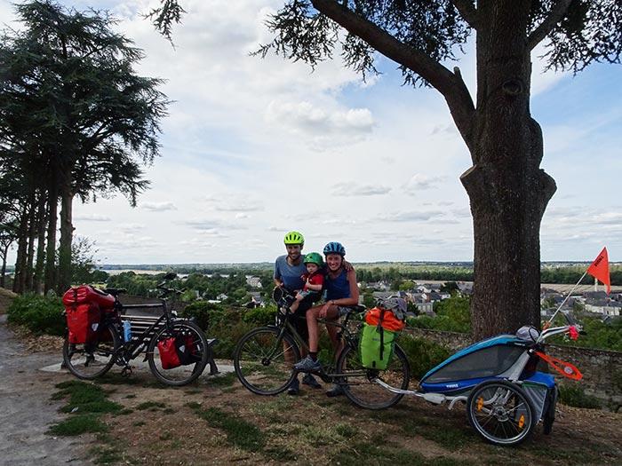 famille pose avec leur enfant à Montjean-sur-Loire