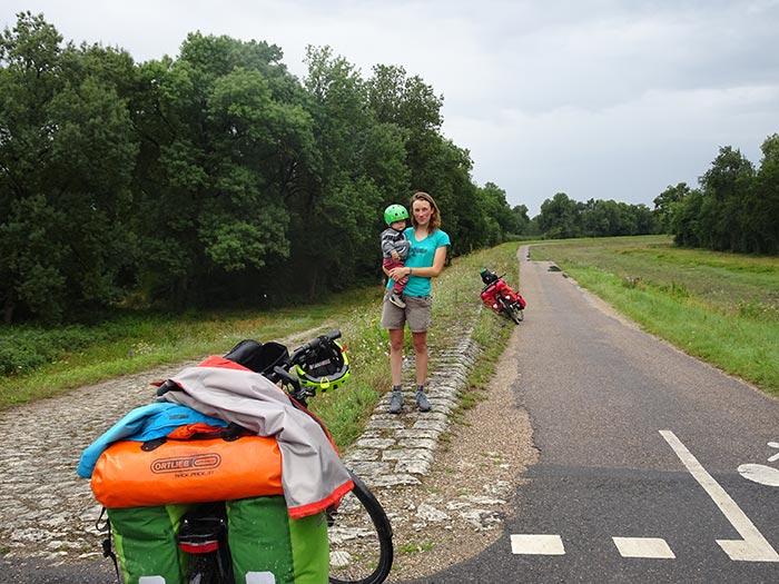 maman et enfant sur la piste cyclable de la Loire à Vélo