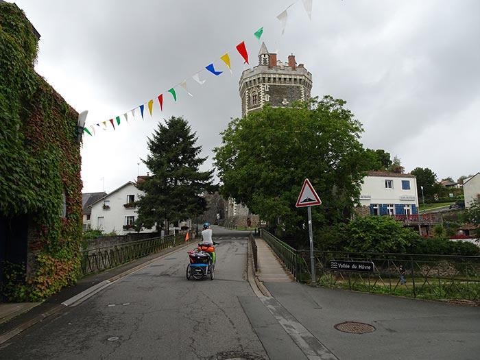 àà vélo sur la route,  l'approche du camping des Trois-Chênes