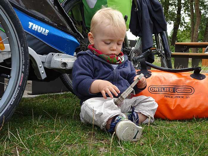 enfant devant un e remorque vélo thule