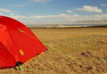 bivouac au bord d'un lac au Kirghizstan