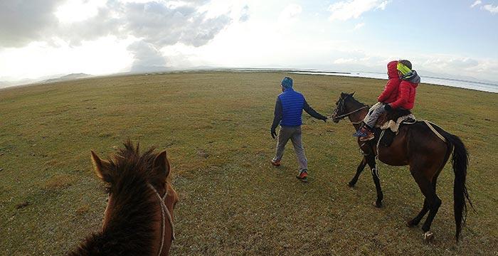 balade à cheval en famille dans la steppe kirghize