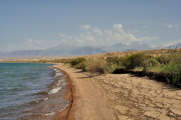 plage d'un lac au Kirghizstan