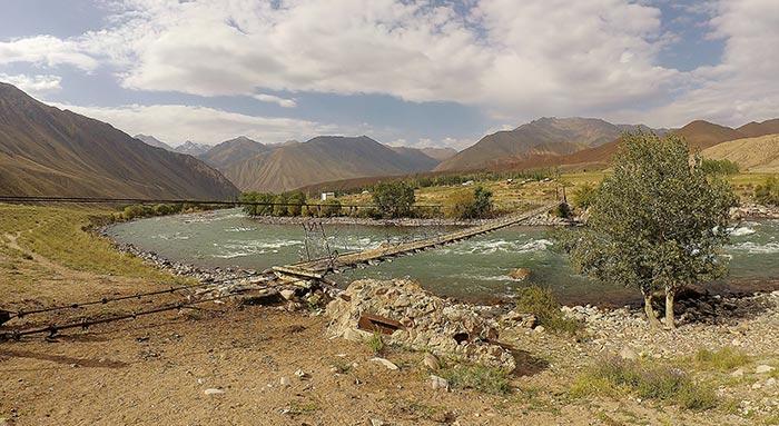 traversée d'une rivière dans les montagnes du Kirghizstan