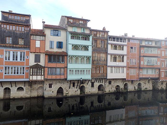 maisons colorées de Castres qui se reflètent dans l'Agout
