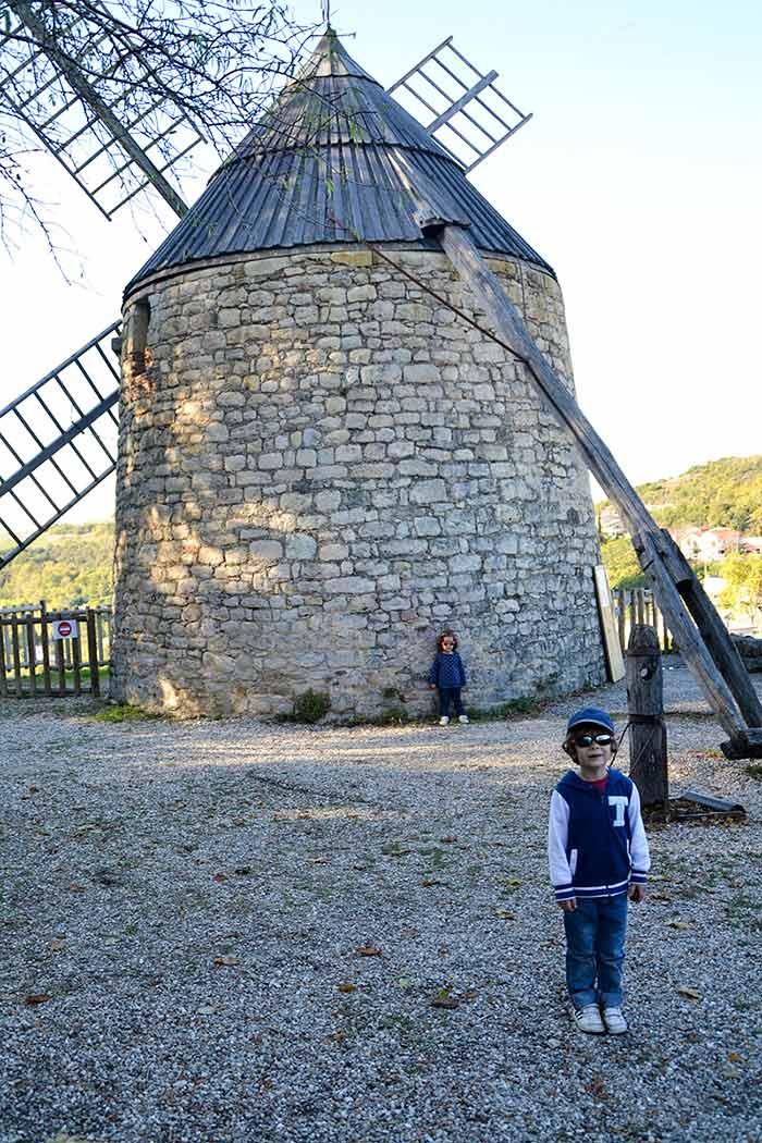 le moulin de lautrec avec des enfants