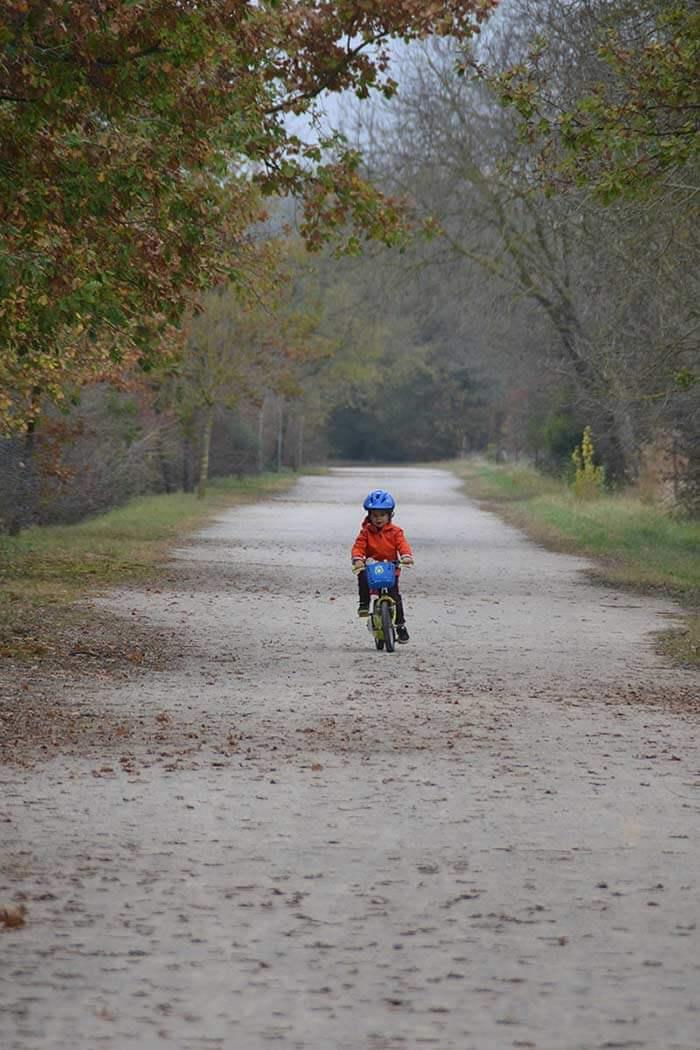 enfant à vélo sur une voie verte du Tarn