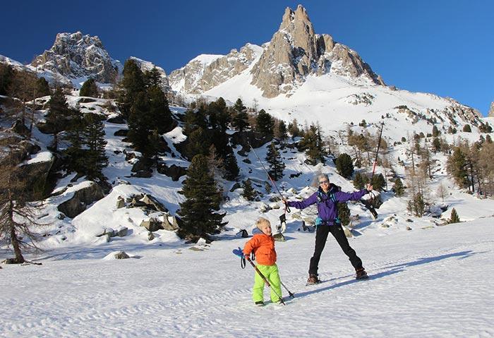 maman et son enfant de 4 ans en randonnée hivernale dans les hautes alpes