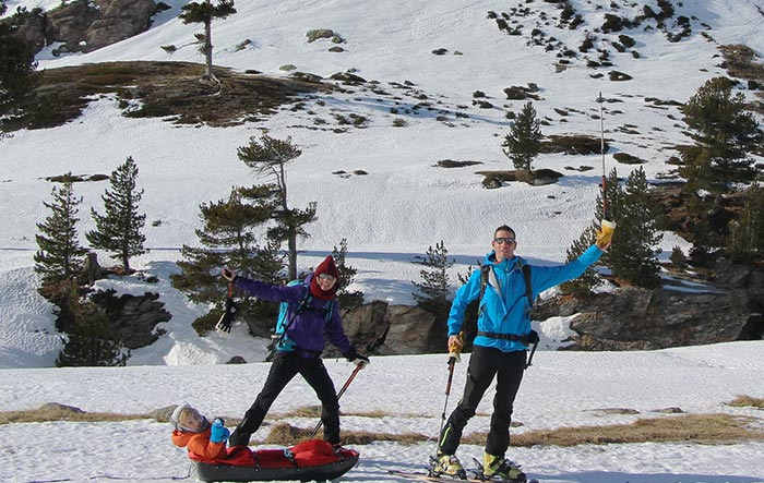 la famille de céline et pierre en rando hivernale avec leur pulka et leur petit aventurier de 4 ans
