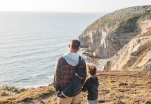 un papa et son fils au cap de la chèvre en bretagne