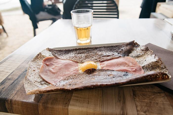 galette oeuf-jambon dans un restaurant breton