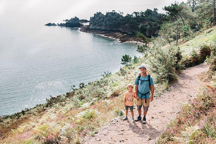 papa et son fils en promenade sur un sentier de l'île vierge en Bretagne