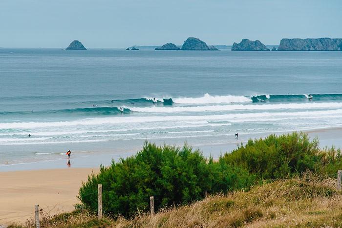 plage de la Palue en Bretagne et surfeurs sur les vagues
