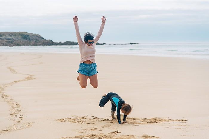 Maman ert son fils sur la plage de Saint Tugen en Bretagne
