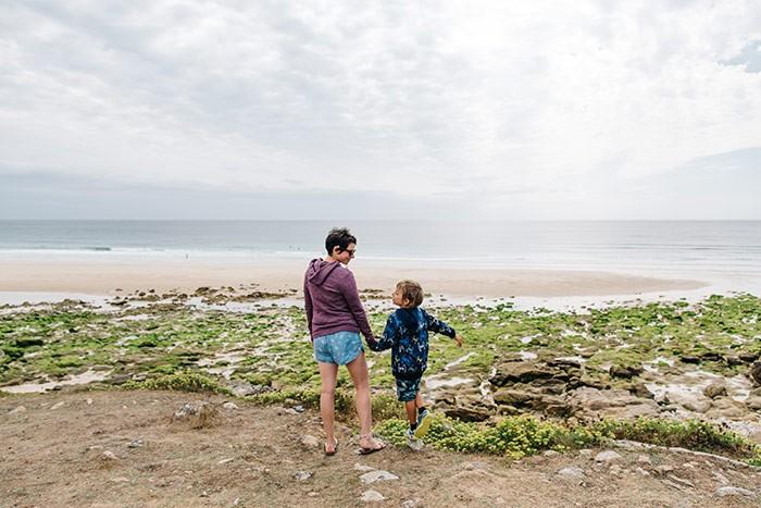 Une maman et son fis se promènent sur la plage de Tugen à marée basse