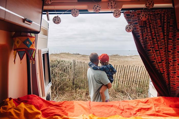 vue sur une plage depuis un camion aménagé