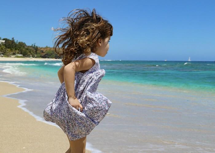 petite fille sur une plage de sable blanc à la réunion