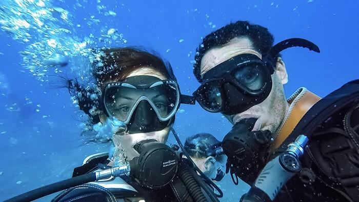 couple en plongée sous marine sur l'île de la Réunion