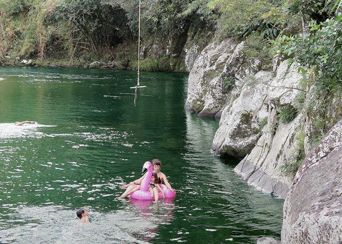 Baignade en famille dans la rivière des Marsouins à La Réunion