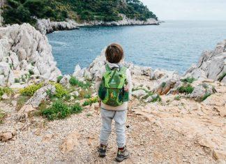 enfant devant la mer méditerrannée lors d'une randonnée en famille à Saint Jean Cap Ferrat en Provence-Alpes Côte d'Azur