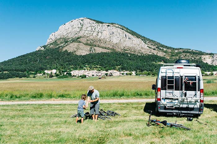 Famille installée en camion aménagé dans la plaine de Caille en Provence-Alpes Côte d'Azur