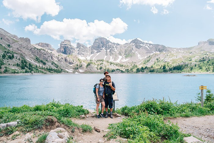 portrait de famille devant le lac d'Allos à l'occasion d'une randonnée