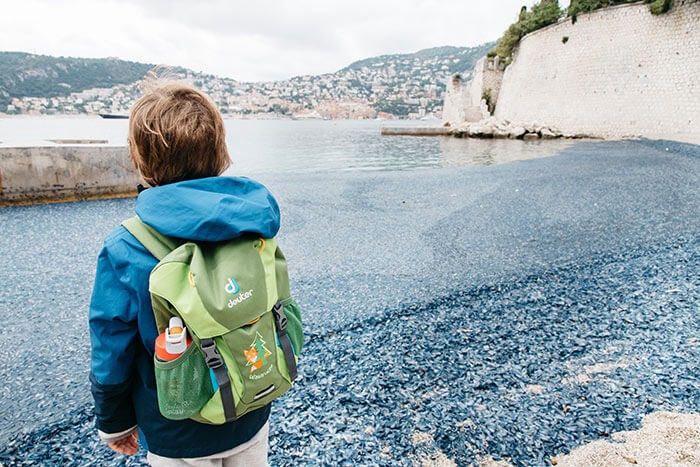 petit garçon devant la mer méditerrannée à Saint Jean Cap Ferrat