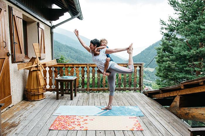 maman et enfant en séance de yoga chez eux, près de Nice