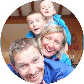 photo de famille avec deux enfants