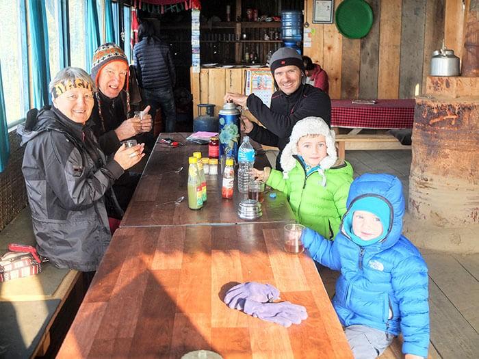 repas en famille dans un refuge au népal