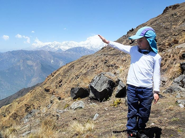 enfant en photo devant le Daulagiri au Népal