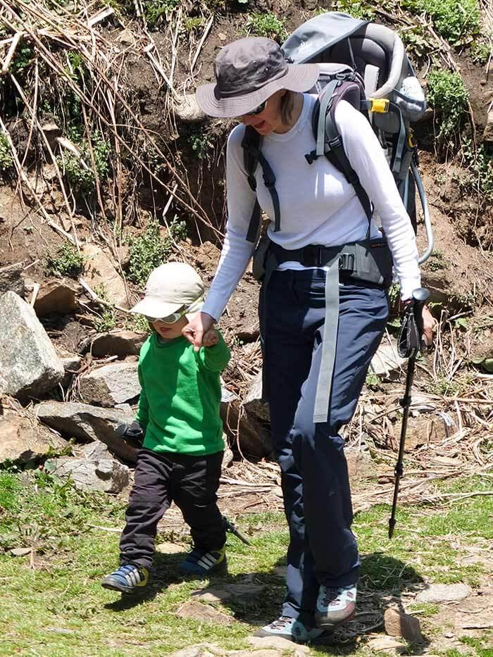maman et son enfant sur un chemin lors d'un trek au Népal