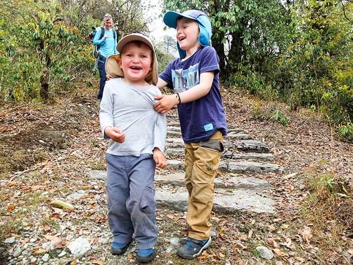 deux enfants jouent sur l'itinéraire d'un tref en famille au Népal