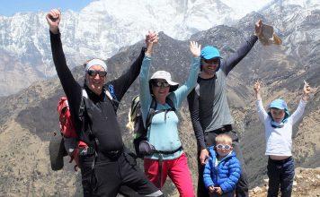 photo de famille durant un trek au népal