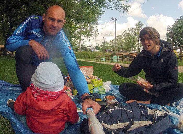 famille en pic-nic durant un trip vélo