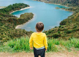 enfant devant le lagoa fogo aux Açores, île de Sao Miguel