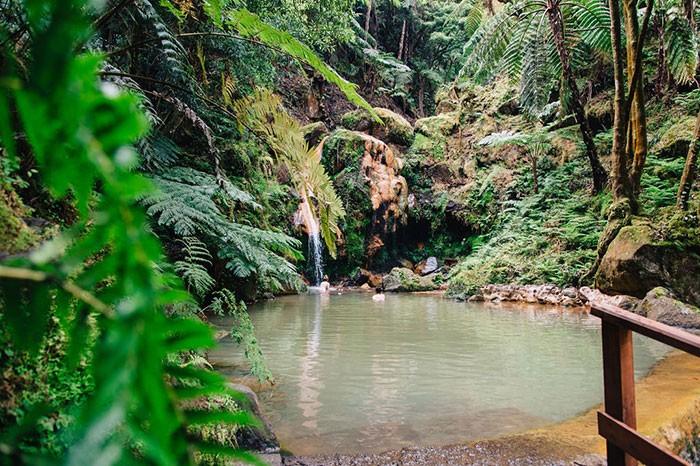 famille qui se baigne dans les sources chaudes de Caldeira Velha