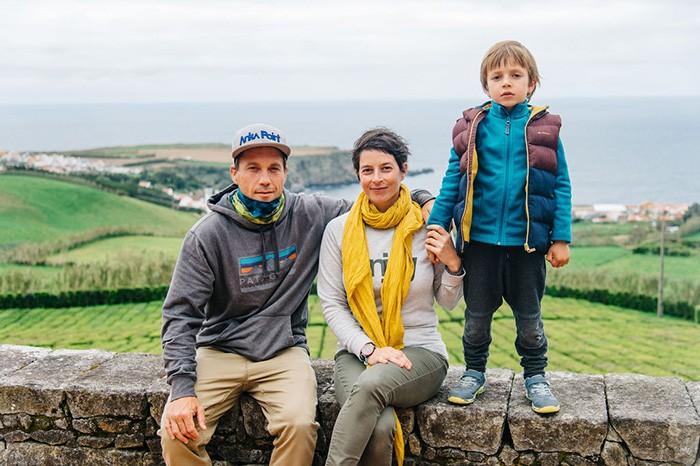 portrait de famille dans la plantation de thé de cha porto formoso aux Açores