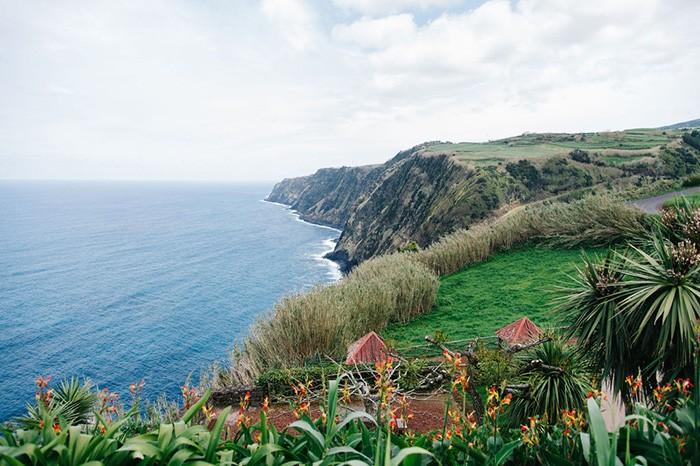 vue sur l'océan durant un road trip en famille dans le Nord Est de l'île de Sao Miguel aux Açores