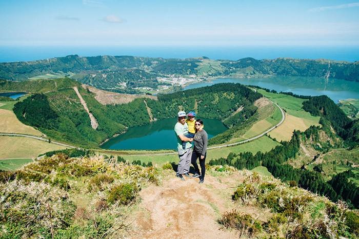 Portrait de famille en voyage au dessus du Lac de Canario aux Açores