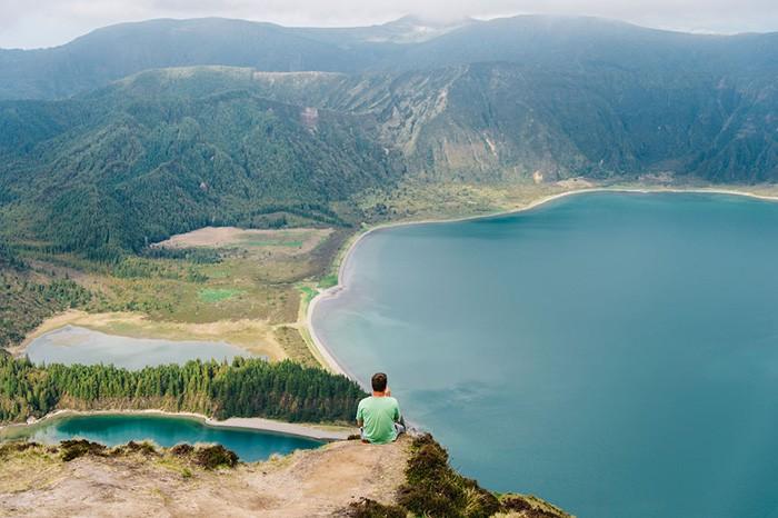 Homme regarde la vue sur le Lagoa Fogo aux Açores
