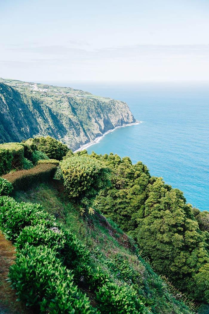 vue sur l'océan depuis la route du Nordeste sur l'île de Sao Miguel aux Açores