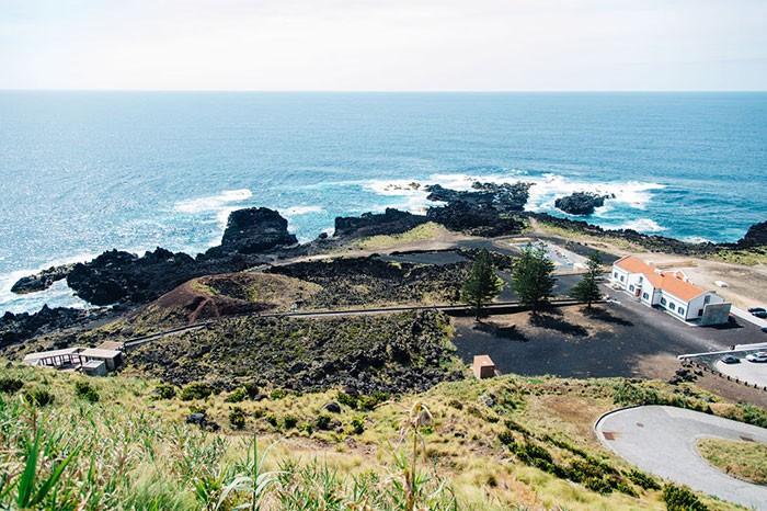 vue sur le site de Ferraria et ses thermes, sur l'île de Sao Miguel aux Açores
