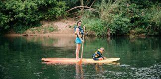 Maman et son fils en paddle sur la rivière argens dans le massif de l'estérel côte d'azur