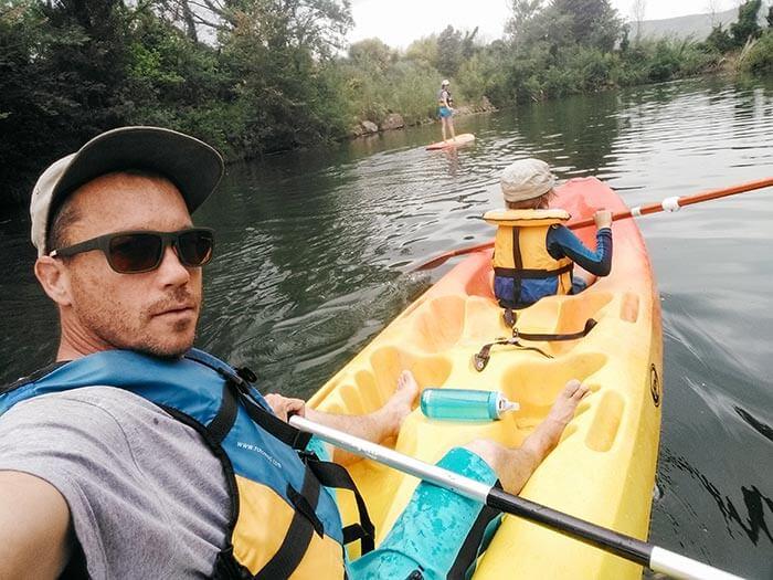 selfie d'une famille en activité kayak et paddle sur la rivière argens