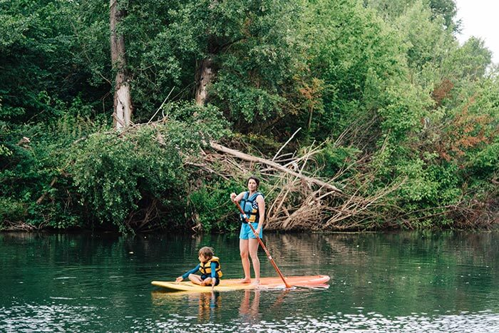maman et son enfant sur un stand up paddle en riviere sur la côte d'Azur