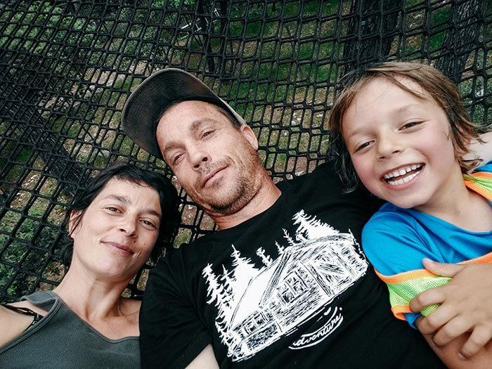 portrait de famille avec papa, maman et le fils dans les filets du parc d'activités parcabout à montauroux